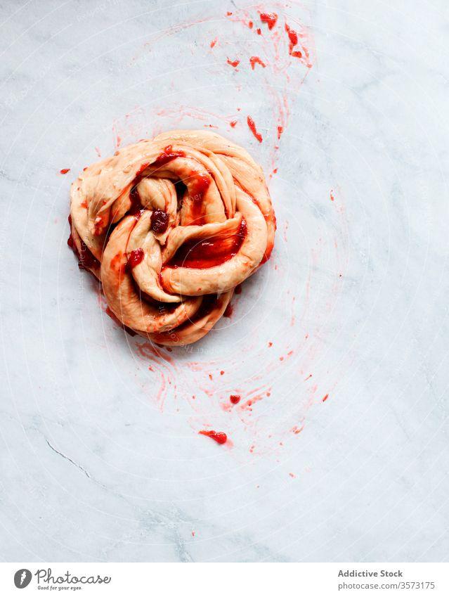 Frische Erdbeerbrioche auf einem Marmortisch im Entstehen Frucht Erdbeeren bewahren Butter Mehl Brotbelag Gebäck natürliches Licht Süße Lebensmittel Totenkranz