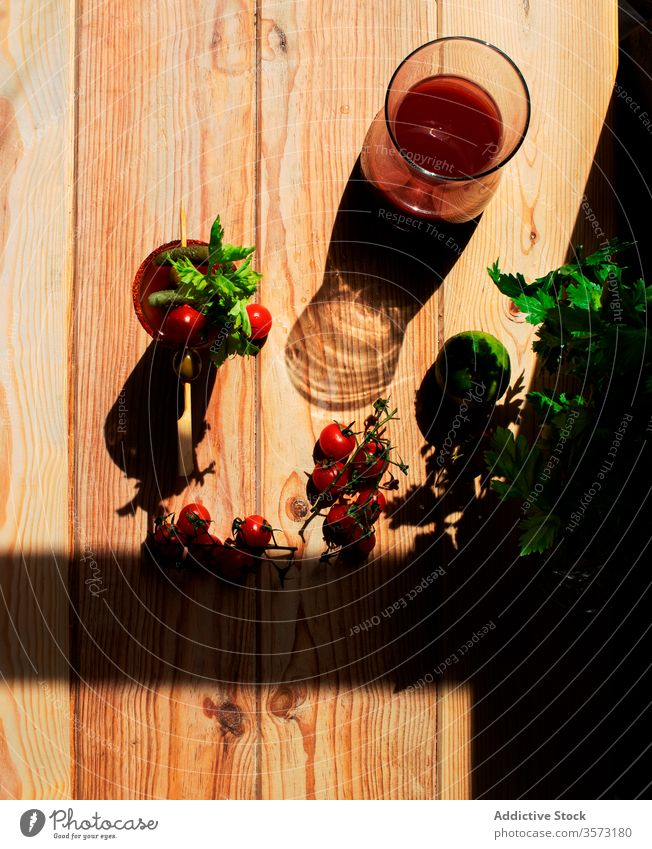 Blutjungfrau Maria auf einem Holztisch Ernährung Tomatensaft Gesundheit Wellness Kirschtomaten Bio-Lebensmittel Bestandteil Bloody Mary Farbe Gewürz Jungfrau