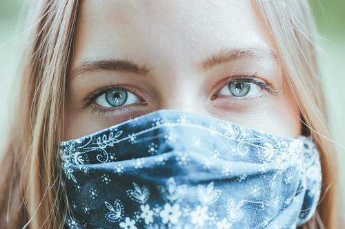 #A10# Frau mit Maske zu Corona-Zeit I coronavirus Corona-Virus coronakrise Coronavirus SARS-CoV-2 Corona Virus Coronakriese covid-19 COVID COVID19 Quarantäne
