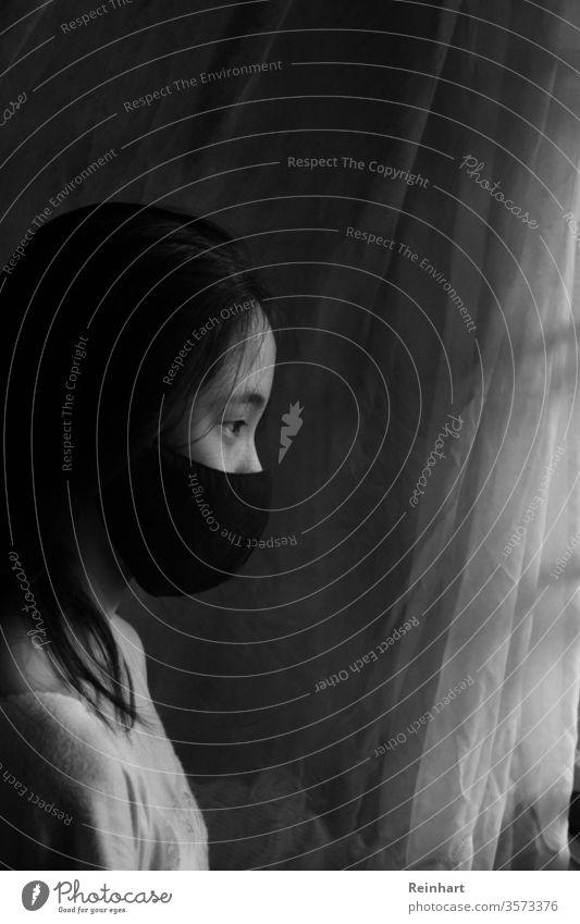 Zu Hause bleiben zu Hause bleiben Quarantäne Kind Pandemie Coronavirus Schutz covid-19 Virus Infektionsgefahr Gesichtsmaske Mundschutz Schwarzweißfoto Deckung