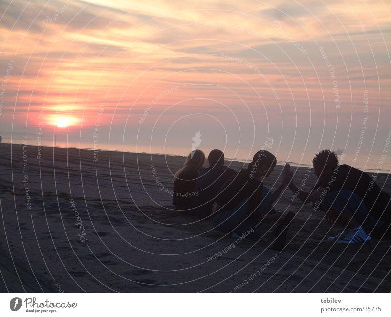 Romantik beim Sonnenaufgang Sonne Meer Strand Menschengruppe Paar Sand Treppe Romantik