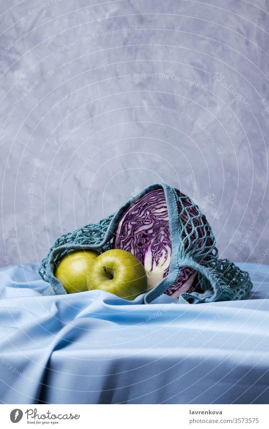 Grüne Bio-Äpfel und Rotkohl in abfallfreien Säcken, selektiver Fokus Taschen Diät Vorhang Lebensmittel frisch Frucht grün Ernte Gesundheit blau Leinen