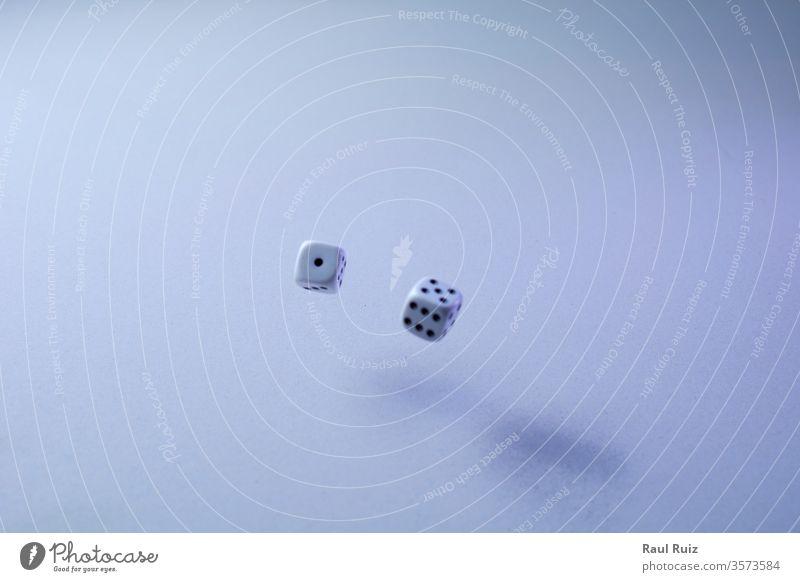 Zwei Würfel auf weißem Hintergrund fliegen Schreibtisch rollierend die gewinnt Gewinner werfend Chance Wetten Verlust Holz Glück Sucht Entertainment Kurhaus