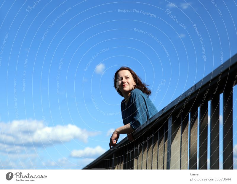 Annika langhaarig Brückengeländer hemd neugier erholen ausruhen schauen sehen beobachten Schönes Wetter wolken sonnig himmel stehen frau brücke anlehnen