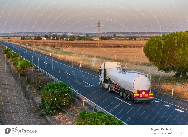 Tankwagen mit wärmeisoliertem Sattelauflieger für den Transport von Flüssigkeiten bei hohen Temperaturen, die auf der Autobahn zirkulieren. gefährliche Güter