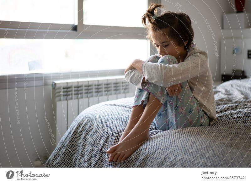 Neunjähriges Mädchen sitzt gelangweilt im Bett Morgen absperren traurig Quarantäne nachdenklich Raum Abgeschiedenheit Selbstisolierung Temperatur Tochter