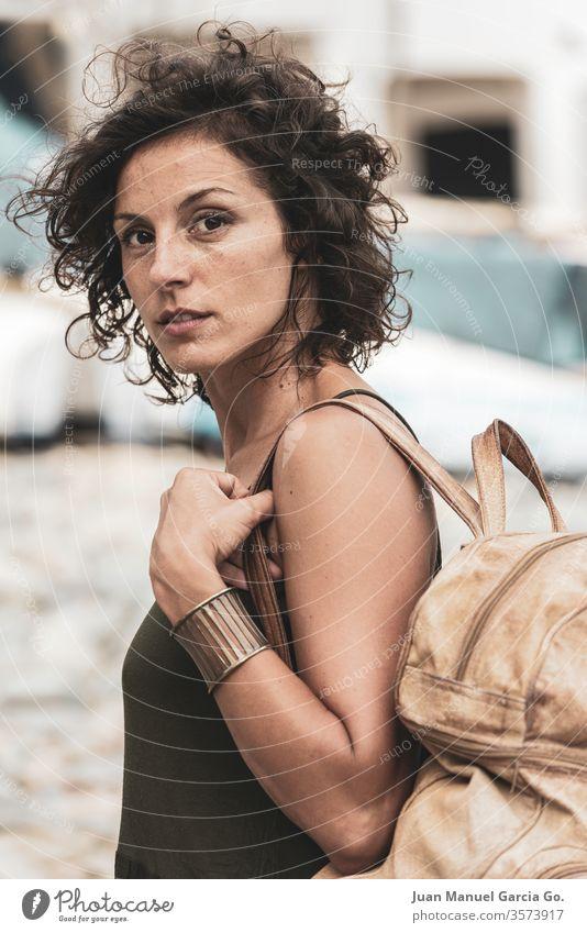 Eine schöne weibliche Latina mit einer Tasche am Ufer Frau Mädchen Schönheit jung weiß hübsch Menschen attraktiv Erwachsener Lächeln Glück Porträt vereinzelt