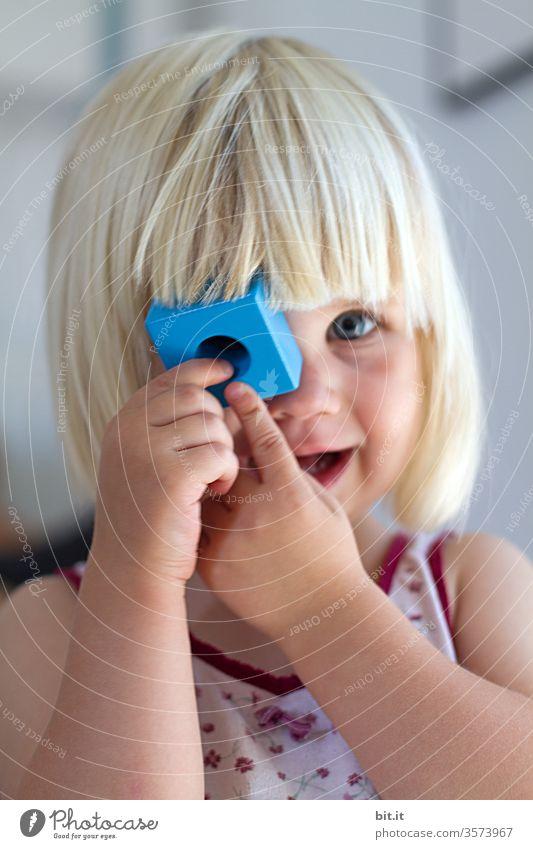 Wörtlich genommen l Bauklötze staunen... Kind Kleinkind Mädchen Kindheit Spielen Spielzeug spielerisch Bauklotz Klotz blau schauen durchsichtig durchschauen