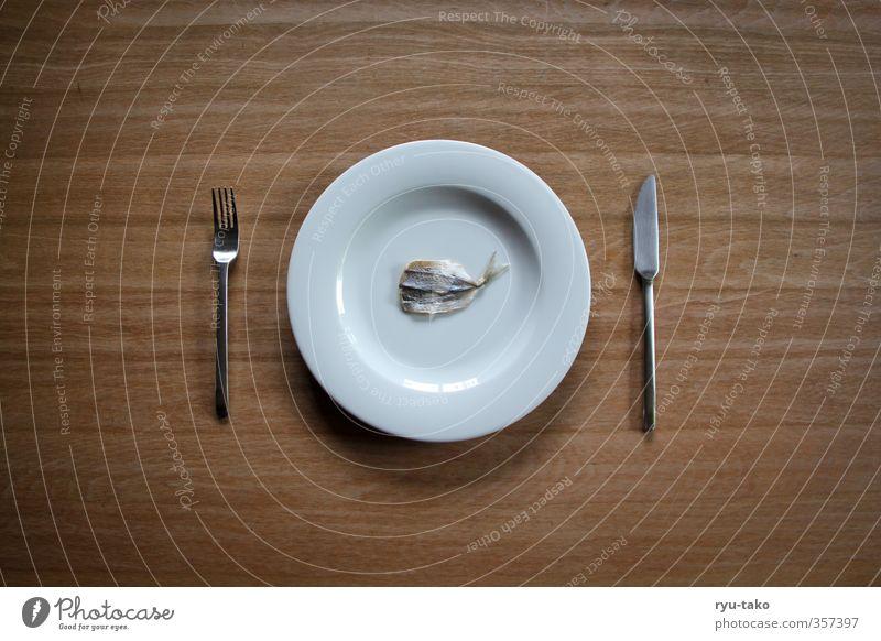 fisch mal anders Delikatesse Teller Besteck Fisch außergewöhnlich fein zart lecker klein minimalistisch getrocknet Farbfoto Menschenleer Textfreiraum links