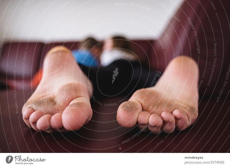 Schmutzige Füße auf dem neuen Sofa Zehen schmutzig weitwinkel sofa kinder kindheit liegen lesen spielen Barfuß Fuß Sommer zu Hause zu hause bleiben