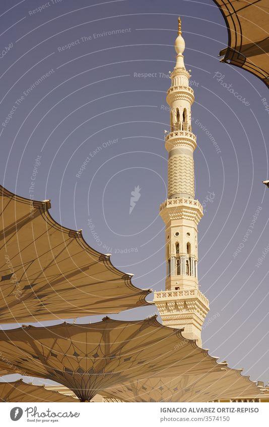 Minarett der Medina-Moschee und Sonnenschirme Fernweh Wunder menschliche Ikone schlank harmonische Schönheit islamische Kunst Kulturstadt heiliger Ort Feiertag