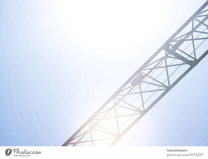 Detail eines Krans bei strahlend blauem Himmel, der für Bau, Logistik und Industrie eingesetzt wird Kranich Maschine Konstruktion Herstellung Detailaufnahme