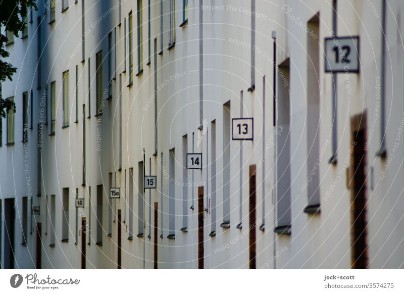 Hausnummern von 16a bis 12 in einer Straße Fassade Ordnung Perspektive Ziffern & Zahlen Wand Mietshaus Architektur Reihe Typo Reihenfolge