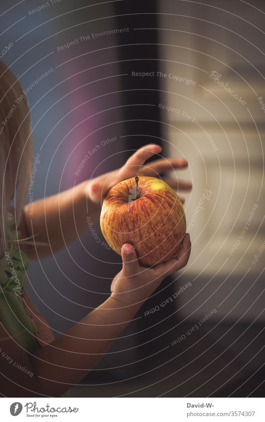 Kind hält einen Apfel in den Händen Hand halten haltend festhalten präsentieren gesund Ernährung Gesunde Ernährung Vitamine Vitamin B Vitamin A Obst frisch