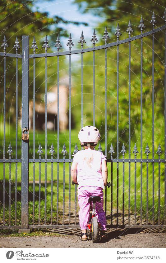 vor verschlossenen Toren Mädchen Tür Zaun Gitter zu Fahrrad Fahrradfahren Betreten verboten abgeschlossen Vorhängeschloss Schloss Schlosspark privat