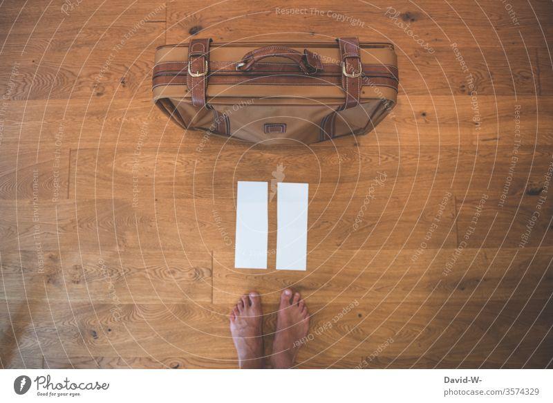 Reiselust Koffer Füße Urlaub Urlaubsstimmung urlaubsreif Vorbereitung vorkehrungen Vogelperspektive gepackt packen = Ferien & Urlaub & Reisen Farbfoto Tag