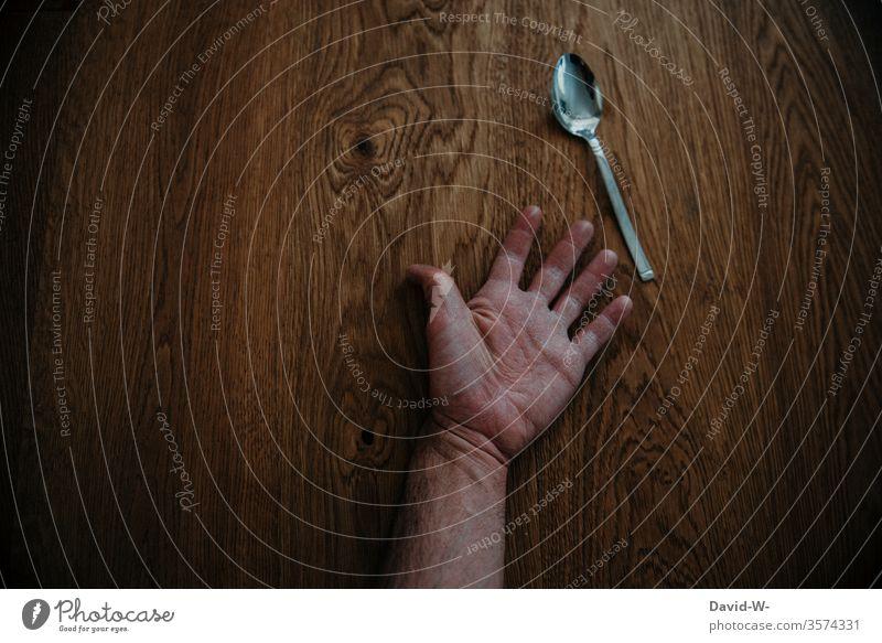 Den Löffel abgeben | wörtlich genommen Hand sterben Tod gestorben verstorben liegen boden Krimi Tatort Kreativität kreativ Wortspiel Redewendung wortbild