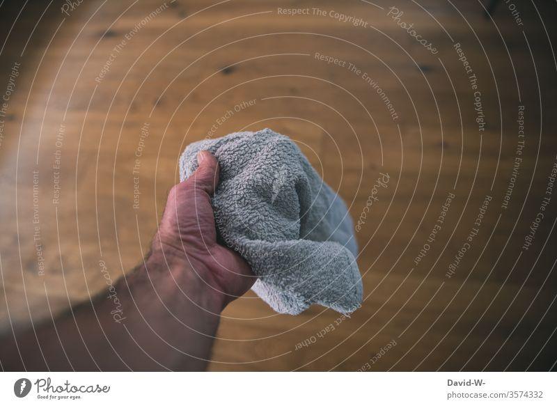 Wörtlich genommen l Das Handtuch schmeißen das festhalten Reinigen putzen Sauberkeit sauber Saubermann saubermacher Reinlichkeit Ordnung Mensch Farbfoto Lappen