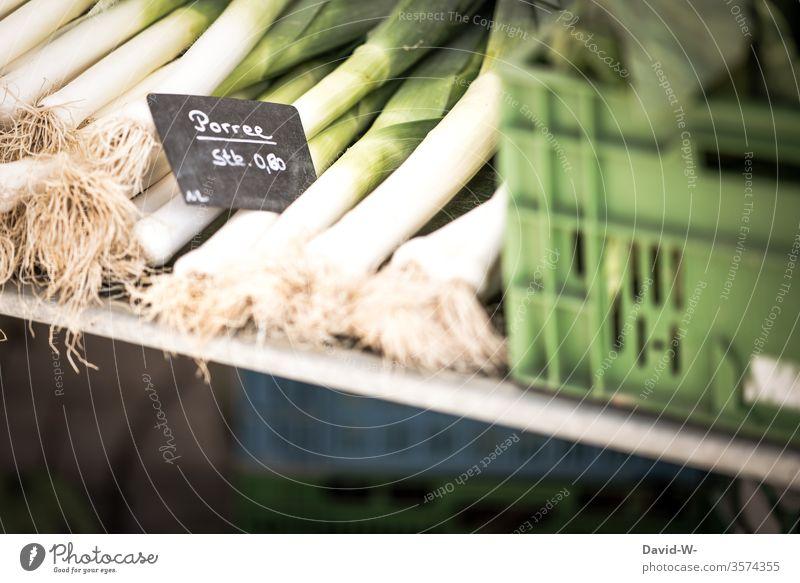 Wochenmarkt - heute gibt es frischen Porree Marktplatz Gemüse Marktstand nachhaltig gesund Bioprodukte Händler verbraucher Käufer Verkäufer kaufen verkaufen