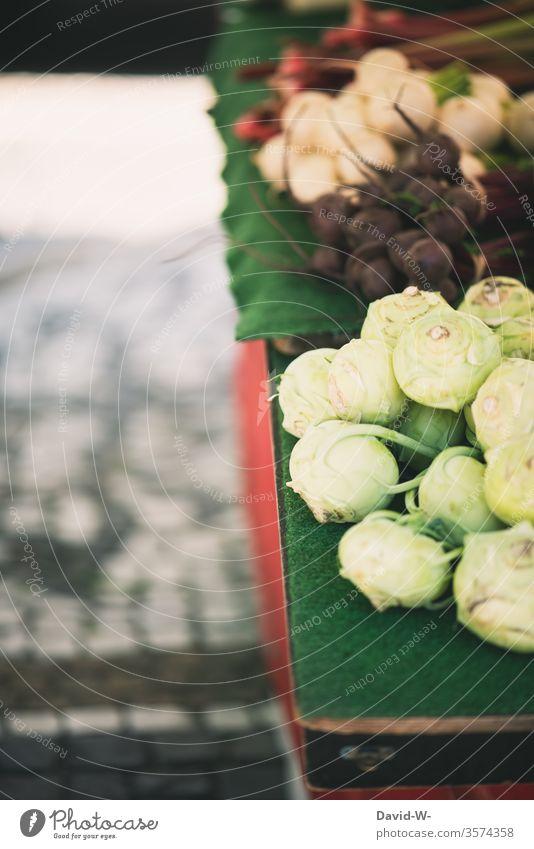 Wochenmarkt - Marktstand mit Gemüse Marktplatz nachhaltig gesund Bioprodukte Händler verbraucher Käufer Verkäufer kaufen verkaufen Lebensmittel frisch Landwirt