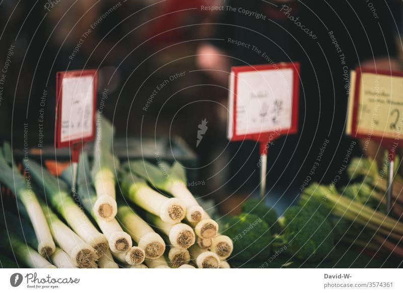 Wochenmarkt - teuer Marktplatz Gemüse Marktstand Porree nachhaltig gesund Bioprodukte Händler verbraucher Käufer Verkäufer kaufen verkaufen Lebensmittel frisch