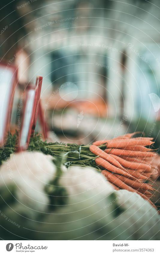 Wochenmarkt - regionales Gemüse Marktplatz Karotten Möhren Blumenkohl Marktstand nachhaltig gesund Bioprodukte Händler verbraucher Käufer Verkäufer kaufen