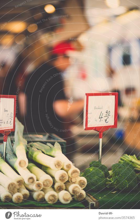 Wochenmarkt - Frische Möhren Marktplatz Gemüse Marktstand nachhaltig gesund Bioprodukte Händler verbraucher Käufer Verkäufer kaufen verkaufen Lebensmittel