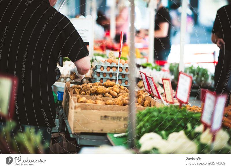 Wochenmarkt - am Gemüsestand Marktplatz Marktstand nachhaltig gesund Bioprodukte Händler verbraucher Käufer Verkäufer kaufen verkaufen Lebensmittel frisch