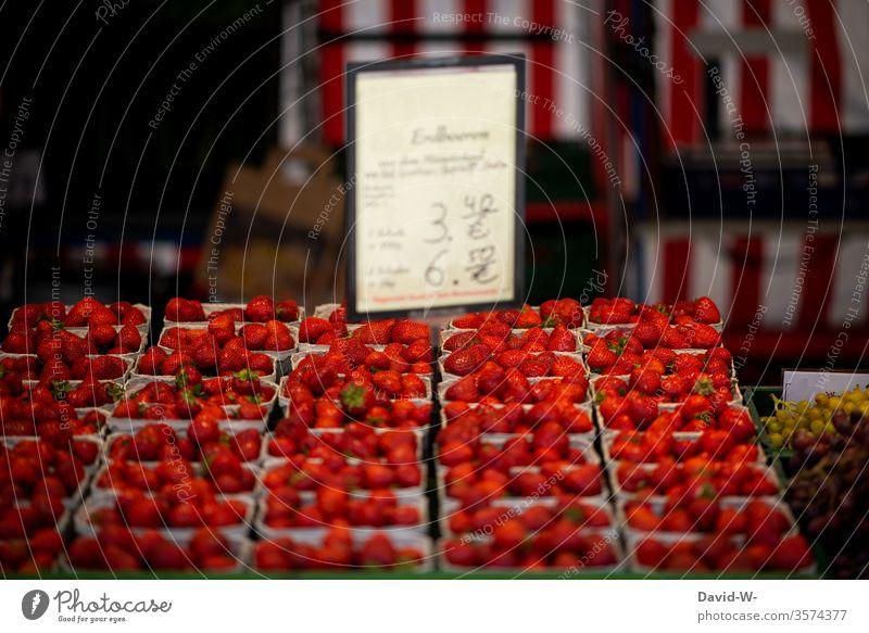 Wochenmarkt - frische saftige Erdbeeren mit Preisschild Marktplatz Gemüse Obst Marktstand nachhaltig gesund Bioprodukte Händler verbraucher Käufer Verkäufer