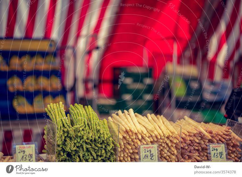Wochenmarkt - grüner und weißer Spargel Marktplatz Gemüse grüner spargel Spargelzeit Marktstand nachhaltig gesund Bioprodukte Händler verbraucher Käufer