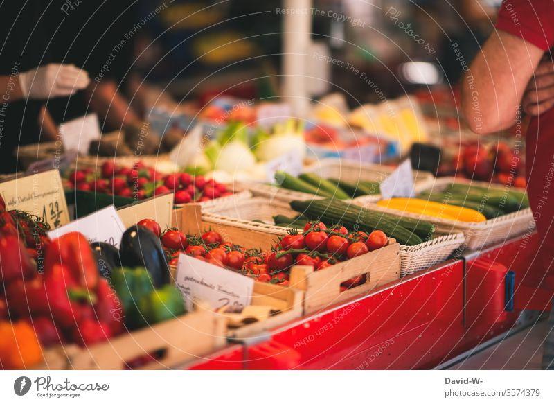 Wochenmarkt - Händler und Käufer am Marktstand Marktplatz Gemüse Obst nachhaltig gesund Bioprodukte verbraucher Verkäufer kaufen verkaufen Lebensmittel frisch