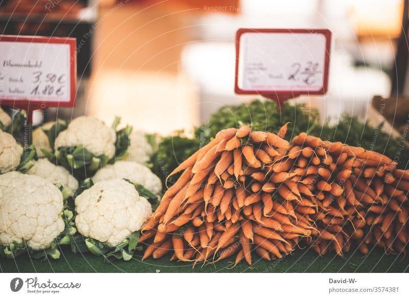 Wochenmarkt - frischen Blumenkohl und saftige Möhren im Angebot Marktplatz Karotten Gemüse Marktstand nachhaltig gesund Bioprodukte Händler verbraucher Käufer