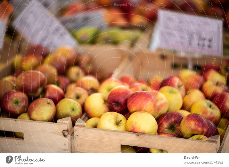 Wochenmarkt - Äpfel zu verkaufen Marktplatz Gemüse Obst Marktstand nachhaltig gesund Bioprodukte Händler verbraucher Käufer Verkäufer Lebensmittel frisch