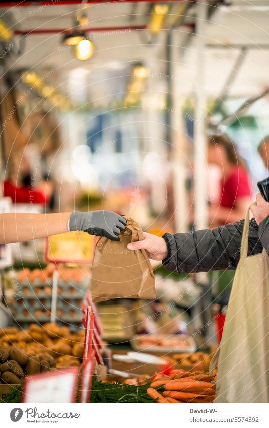 Wochenmarkt - verkaufen / kaufen Marktplatz Karotten Möhren Tüte Kunden Hand Gemüse Marktstand nachhaltig gesund Bioprodukte Händler verbraucher Käufer