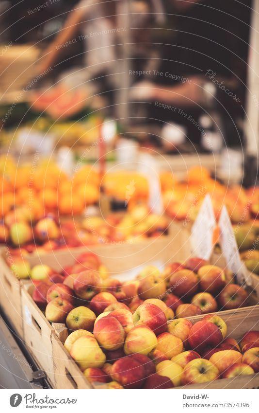 Wochenmarkt - frische saftige Äpfel Marktplatz Obst Marktstand nachhaltig gesund Bioprodukte Händler verbraucher Käufer Verkäufer kaufen verkaufen Lebensmittel