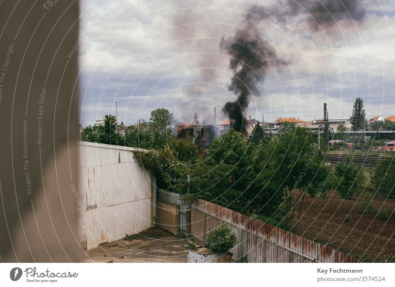 Rauch eines Brandes im Industriegebiet Haus Gebäude alt retro urban Stadtbild Fabrik Grunge dunkel Lagerhalle Feuer Großstadt industriell dramatisch Zerstörung