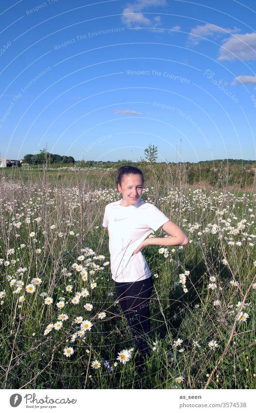 Mädchen im Margeritenfeld Feld Blumen weiß blau Himmel schönes Wetter Natur Pflanze Sommer grün Wiese Umwelt Schönes Wetter Tag Frühling Jugendliche Kindheit