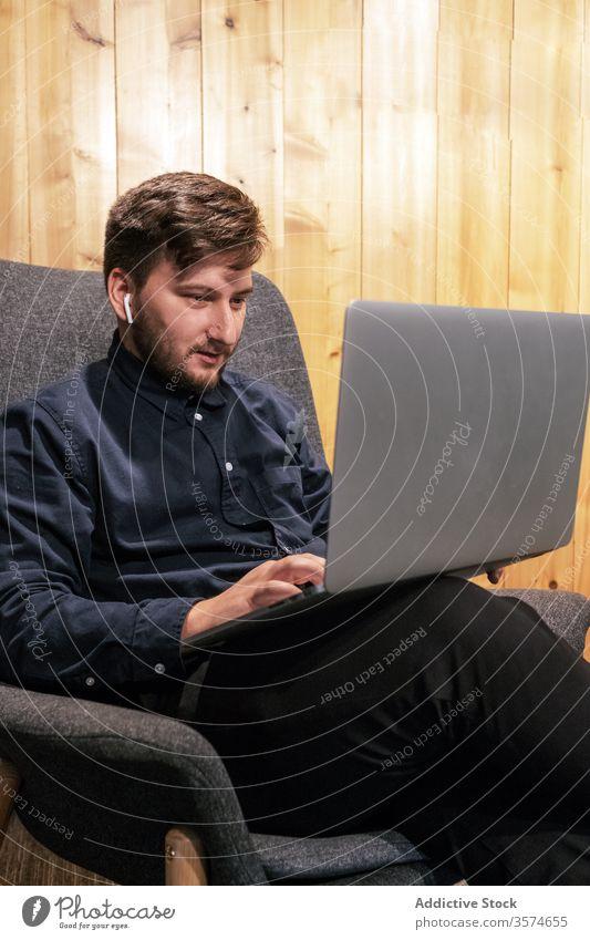 Männlicher Freiberufler tippt am Laptop in einem modernen Coworking Space Unternehmer Tippen freiberuflich Projekt Geschäftsmann Arbeit benutzend kreativ