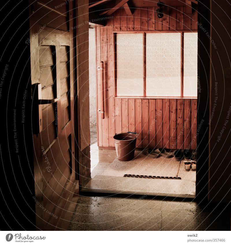 Tag der offenen Haustür Häusliches Leben Mauer Wand Fenster Tür Fußmatte Griff Stein Holz Glas einfach glänzend hell geduldig ruhig Ordnungsliebe Reinheit