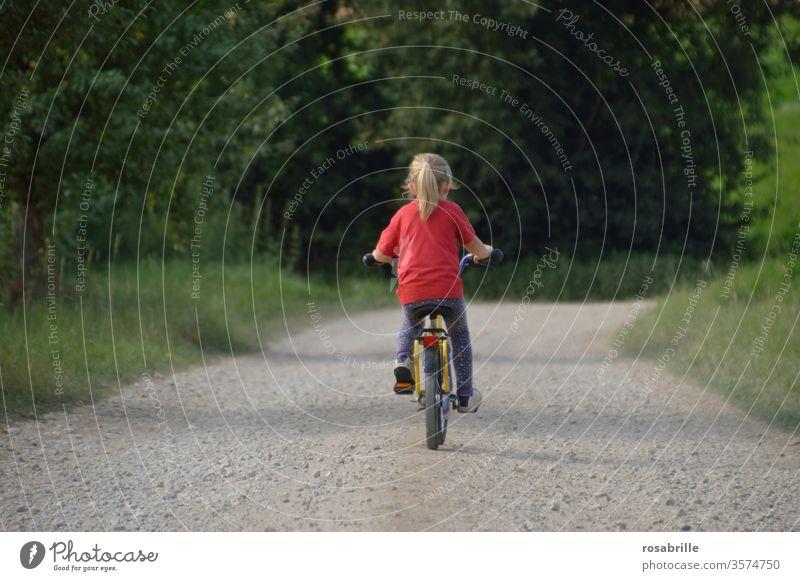 lebensnotwendig | Abenteuer in der Kindheit – kleines Mädchen ist alleine auf seinem Fahrrad unterwegs Ausflug fahren Natur Weg Schotterweg ländlich draußen