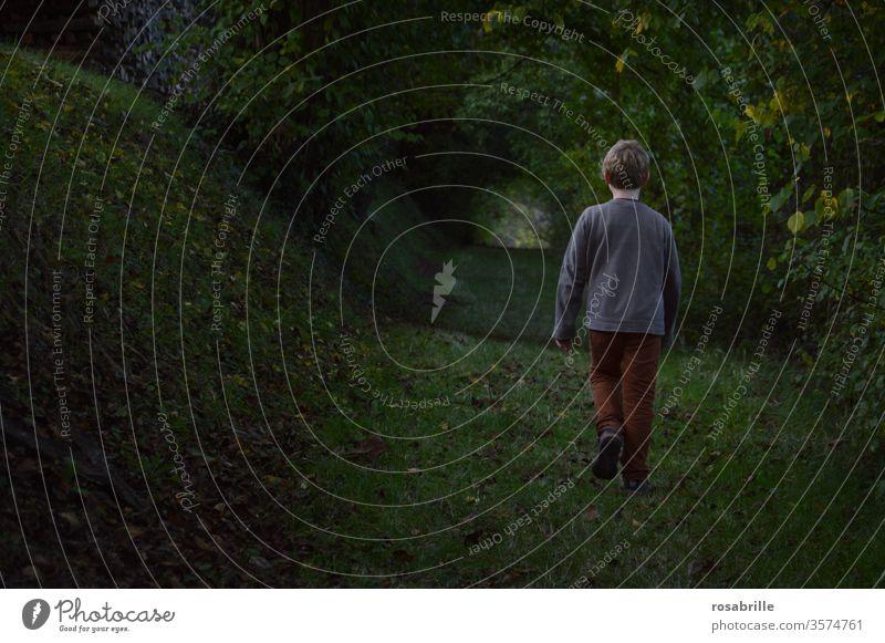 Zwischenräume | Kind geht in der Dämmerung durch einen Hohlweg allein verlassen mutig leichtsinnig verloren zuversichtlich Vertrauen Angst ängstlich dunkel