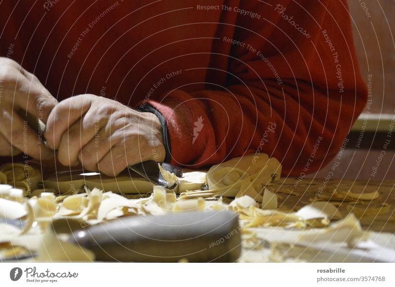 wörtlich genommen | aus welchem Holz er geschnitzt ist – Hände eines Mannes beim Schnitzen Handwerk Handwerker schnitzen Schnitzmesser Stemmeisen Stechbeitel