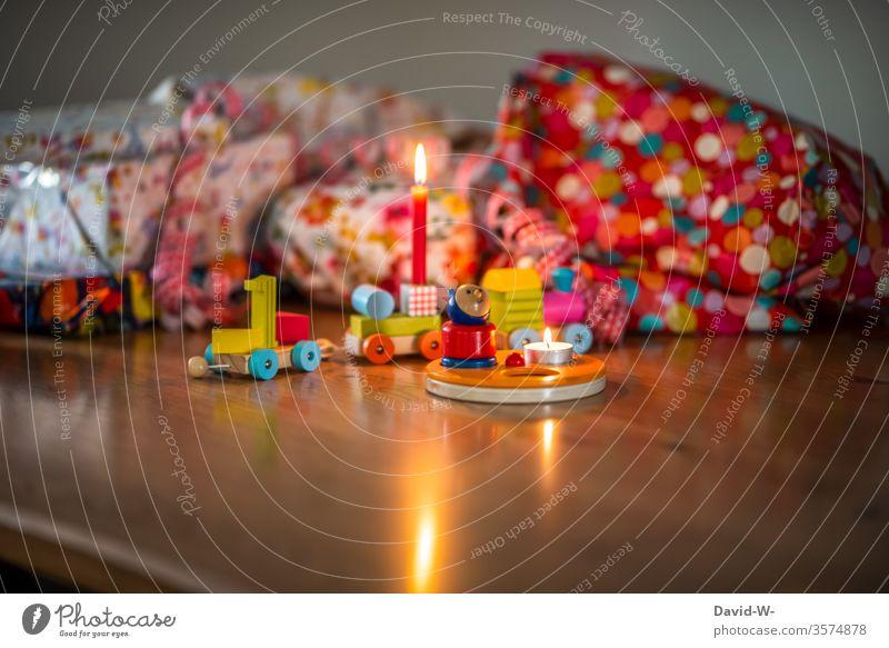 Der erste Geburtstag Kind Geburtstagsgeschenk Geschenke Freude Happy Birthday schenken auspacken natürlich rot vorfreude spannung Geburtstagsfeier Fröhlichkeit