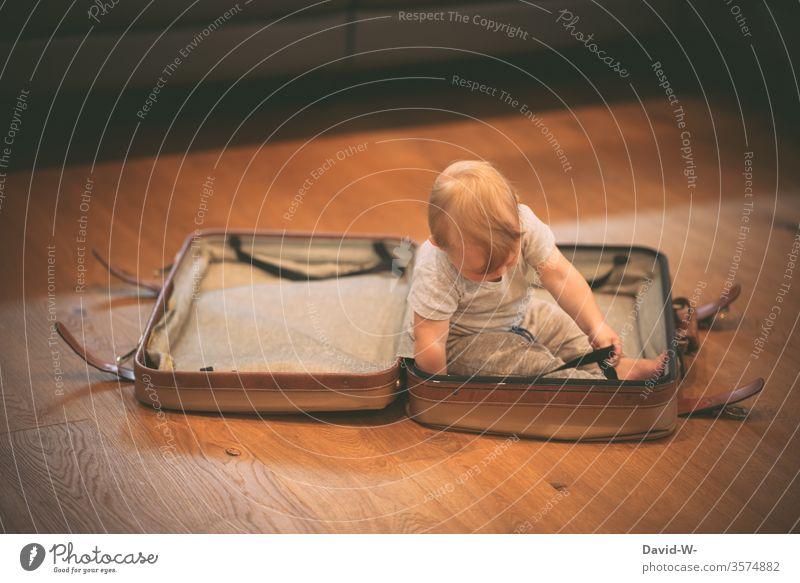 alt | der Koffer - jung | der Inhalt Kind Kleinkind verreisen Reise Urlaub vorbereitung planung Urlaubsstimmung urlaubsreif Ferien & Urlaub & Reisen Farbfoto