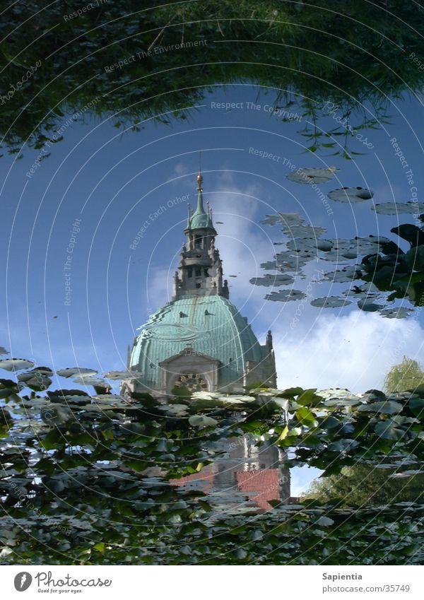 Hannovers Rathaus im Wasser Teich Reflexion & Spiegelung Seerosen blau Himmel