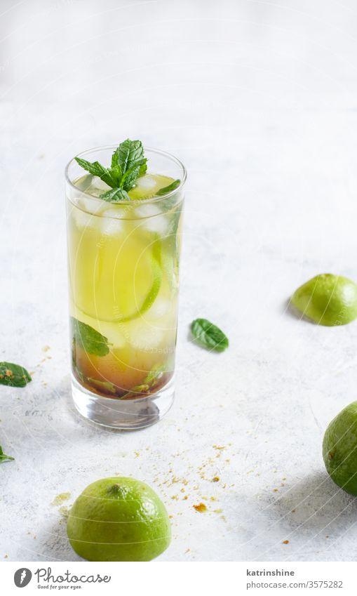 Hausgemachter erfrischender Mojito-Cocktail in einem hohen Glas Mocktail Minze Kalk Caipiroska Caipirinha Limonade Getränk trinken Blatt weiß Textfreiraum