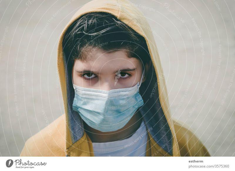 Nahaufnahme eines traurigen Kindes mit medizinischer Maske Coronavirus Virus Seuche Pandemie nachdenklich Quarantäne covid-19 Symptom Medizin Gesundheit Tod