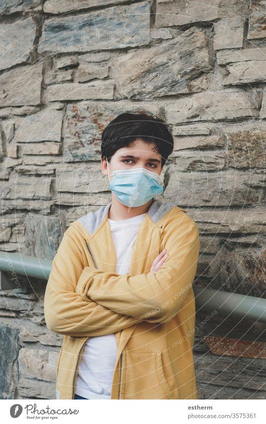 trauriges und wütendes Kind mit medizinischer Maske Coronavirus Virus Seuche Pandemie nachdenklich Quarantäne covid-19 Symptom Medizin Gesundheit Tod behüten