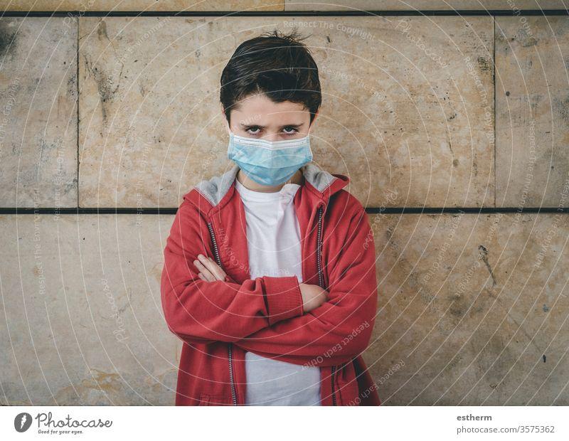 wütendes Kind mit medizinischer Maske Coronavirus Virus Seuche Pandemie nachdenklich Junge Quarantäne covid-19 Symptom Medizin Gesundheit Tod behüten Mundschutz