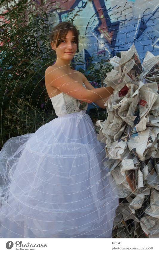 Haute Couture l in Pfeilrichtung anziehen. Jugendliche Kleid Unterkleid Reifrock Teenager verkleiden Verkleidung Hochzeit weiß seltsam verrückt skurril